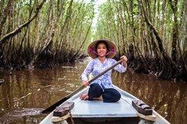 Una mujer con su barca en Tra Su, el delta del Mékong en Vietnam