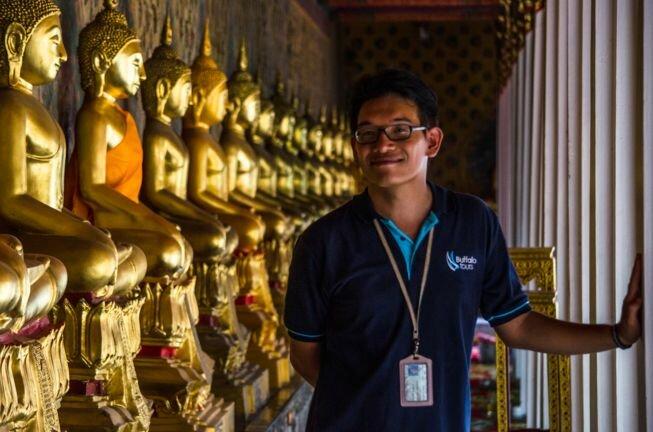 Guía turístico durante una excursión en español por Laos