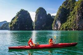 Hacer kayakismo en la Bahíade Halong