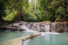 La cascada de Kuang Si en Luang Prabang, un lugar que debe visitar durante su viaje a Laos