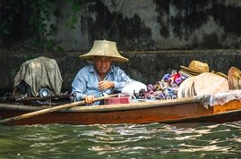 Barco típico usado para navegar por los klongs (canales) de Bangkok