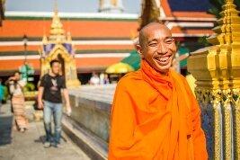 Monje budista sonriendo en Bangkok, Tailandia