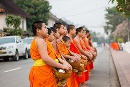 Monjes en una calle de Luang Prabang, Laos