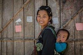 Mujer con su bebé en Sapa, Vietnam