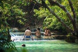 Nadar y Trek en la cascada Kuang Si