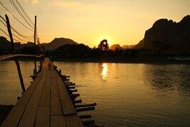 Paisaje rural al ponerse el sol en Vang Vieng, puesta del sol en Laos