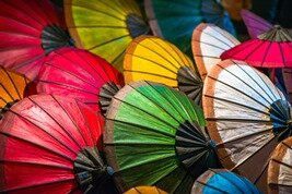 Parasoles típicos y coloridos de Laos