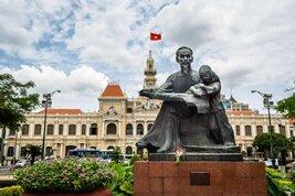 Estatua de Ho Chi Minh en la calle Nguyen Hue en el centro de Saigon Vietnam