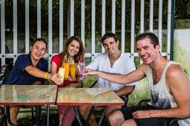 Des amis internationaux au tour d'une bière dans les ruelles de Hanoi