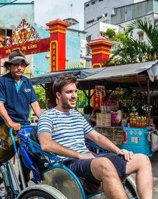 Visita de Binh Tay en monociclo