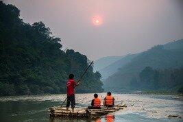 barcaza tradicional en bambu para navegar por el río Mekong en Laos