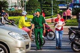 Cruzar la calle en Vietnam, parece complicado y peligroso pero resulta sencillo